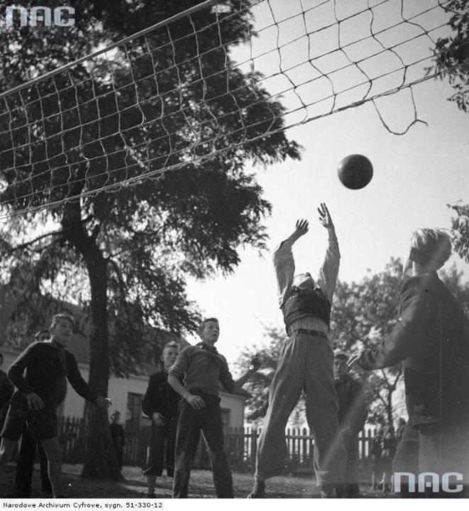 Uczniowie podczas gry w siatkówkę na boisku.