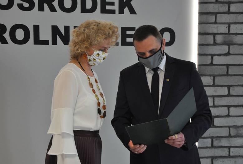 Sylwia Adamczak-Kucharska, zdobywczyni II miejsca w konkursie pasiek i Dominik Pasek, dyrektor MODR