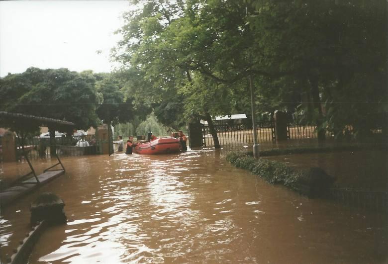 Powódź w Nysie widziana z przelatującego nad miastem helikoptera.Strażacy, brnąc w brudnej wodzie, eskortowali pontony.
