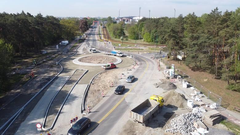 Na ul. Gdańskiej w Bydgoszczy od kilku miesięcy trwa budowa buspasa. W ostatnich dniach drogowcy rozpoczęli układanie nawierzchni na nowym rondzie u