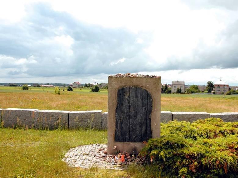 """Obelisk upamiętniający pogrom Żydów z Jedwabnego. Dokładna liczba ofiar nie jest znana.  Jan Tomasz Gross w książce """"Sąsiedzi"""" oszacował ją"""
