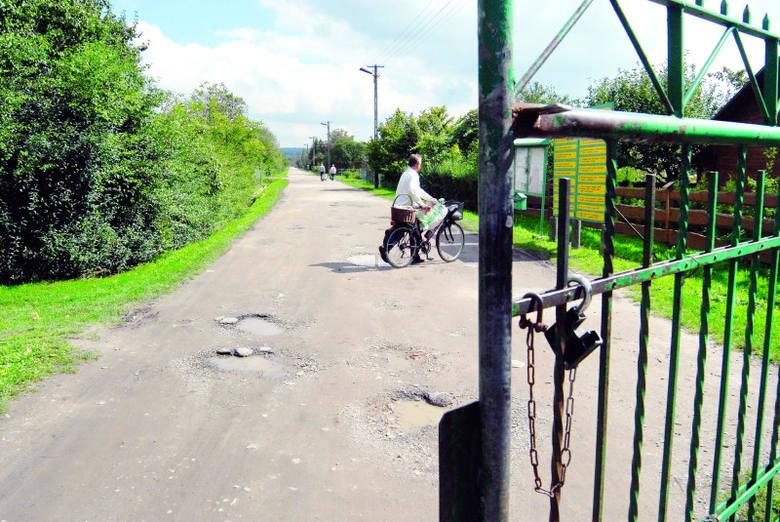 Nowy łącznik zastąpi prowizoryczną, zamkniętą drogę, którą samochody jeżdżą sporadycznie.