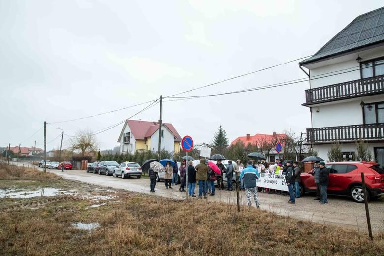 Dokładnie rok temu w marcu 2019 roku  mieszkańcy Porosłów protestowali przeciwko budowie betoniarni w sąsiedztwie ich domów