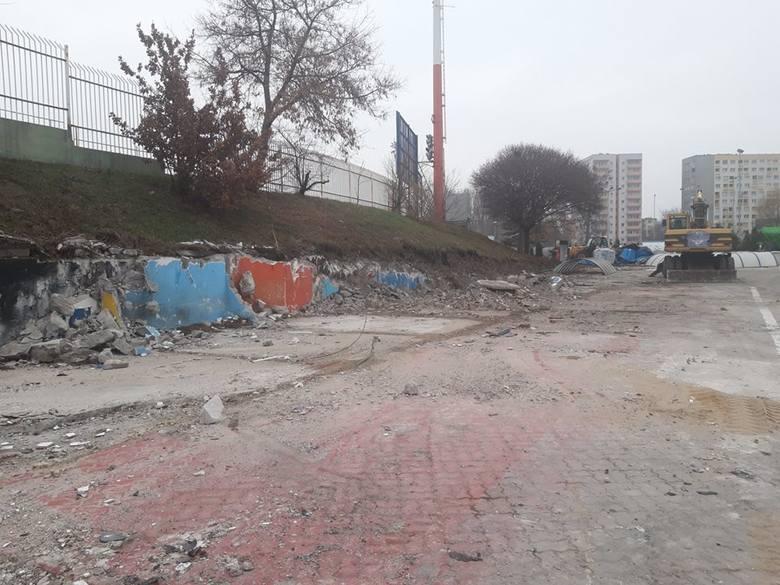 Na stadionie przy ulicy Sportowej trwają prace rozbiórkowe. Nie ma już śladu po żużlowym parkingu, wkrótce ten sam los spotka trybunę na przeciwległej