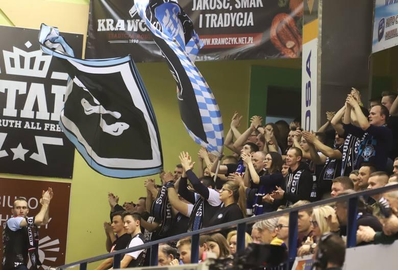 Siatkarze Cerradu Czarnych Radom w poniedziałkowy wieczór pokonali Chemika Bydgoszcz 3:1. To nie był łatwy mecz, ale najważniejsze jest zwycięstwo gospodarzy.