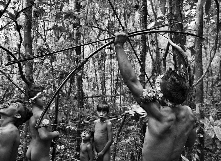 Członkowie brazylijskiego plemienia Awá-Guajá wciąż żyją w izolacji. Do grupy dotarł podróżnik i fotograf - Sebastiao Salgado - który wykonał serię doskonałych