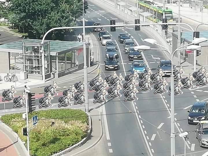 Druga połowa lipca. Na fanpage'u Spotted: MPK Poznań pojawia się zdjęcie, na którym widać matkę z dzieckiem w wózku, która pokonuje rondo Kaponiera samym