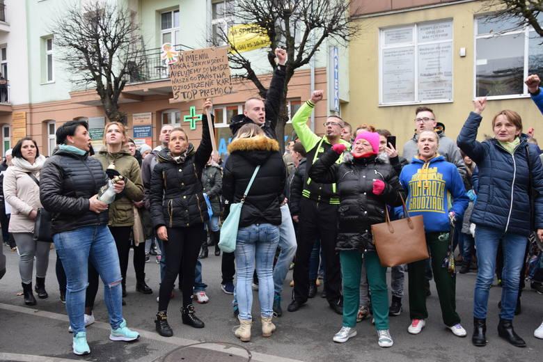 Emocje sięgały zenitu. Mieszkańcy Grudziądza poruszeni śmiercią 3,5 letniego Tomka spotkali się pod Zakładem Karnym przy ul. Sikorskiego w Grudziądzu.