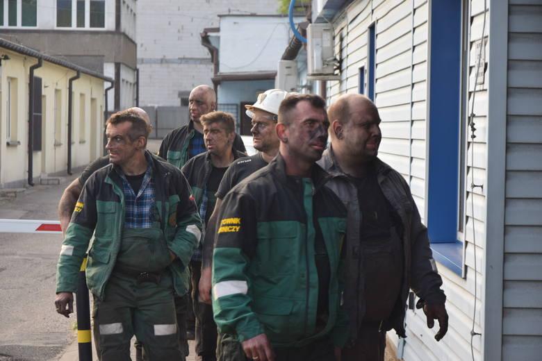 Czterech wyjechało na powierzchnię samodzielnie, do kolejnych dwóch ratownikom udało się dotrzeć 5 godzin od rozpoczęcia akcji. Pod ziemią zostało jeszcze