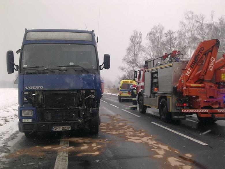 Przy węźle autostradowym w Prądach zderzył się bus z samochodem ciężarowym. Kierowca busa został ranny.