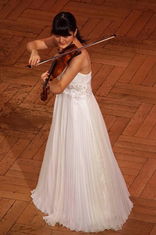 """Konkurs Wieniawskiego to nie tylko okazja do ukazania talentu muzycznego, ale i prezentacji kreacji. Japonka Yukino Nakamura wystąpiła w sukni  """"ślubnej"""""""