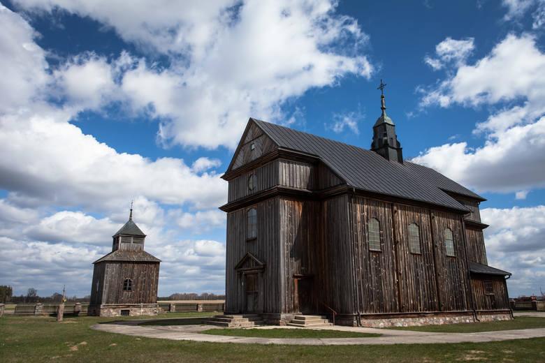 Kościół i drewniana dzwonnica w Ciborach-Kołaczkach