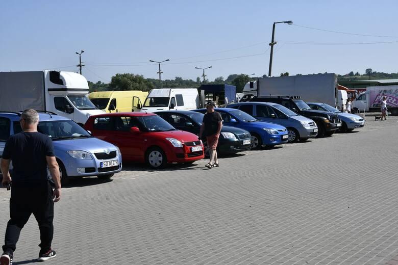 Chcesz kupić samochód? Dobrze trafiłeś! W sobotę, 19 czerwca sprawdziliśmy, jakie auta i w jakich cenach oferowane są na giełdzie w Sandomierzu.Zobacz