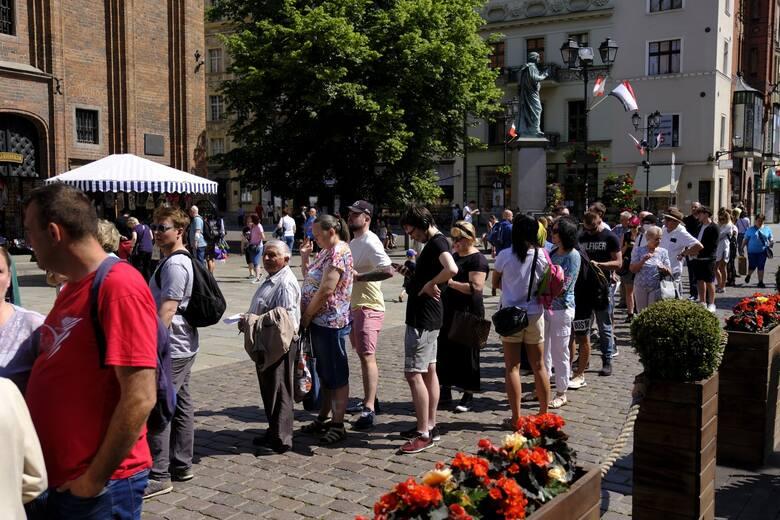 Kilkaset osób skorzystało w sobotę (5.06) z możliwości zaszczepienia się w Mobilnym Punkcie Szczepień, na dziedzińcu Ratusza Staromiejskiego w Toruniu.