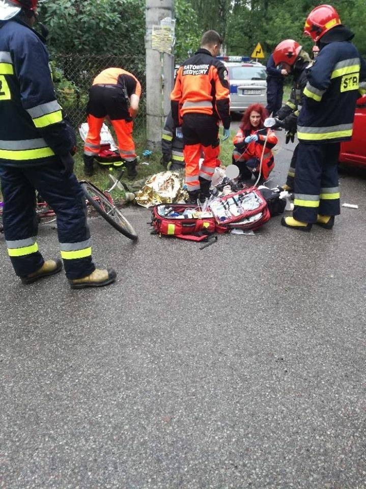 Następnie na miejsce zdarzenia dotarł zastęp strażaków ochotników z Prostek. Oni także przystąpili dopomocy przedmedycznej poszkodowanemu m.in. poprzez