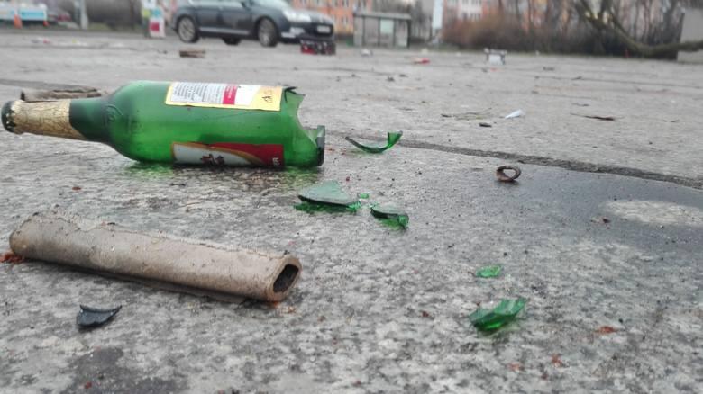Kilka dni po sylwestrze na placu Zwycięstwa nadal leżą pozostałości po zabawie: potłuczone butelki po alkoholu oraz kartonowe opakowania po fajerwerkach.