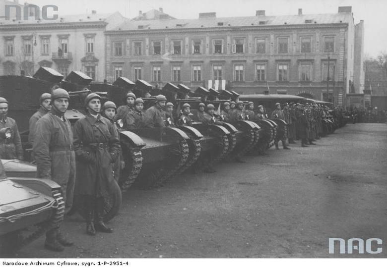 Oddział czołgów na placu Piłsudskiego podczas obchodów Święta Niepodległości