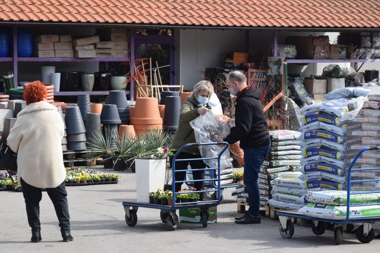 """Niewiele osób wybrało się w sobotę, 27 marca na zakupy do otwartych mimo pandemii sklepów budowlanych takich, jak chociażby """"Mrówka"""""""