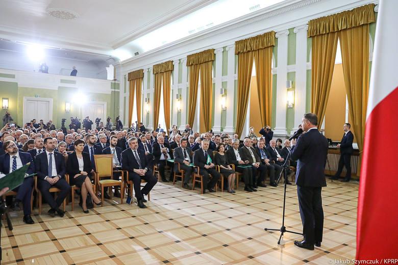 Entuzjastyczny tłum wielbi premiera, prezydent wołowinę