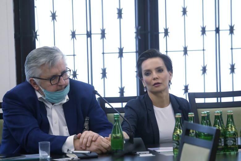 Prezes Polskiego Radia SA Agnieszka Kamińska i dyrektor Programu 3 PR, Tomasz Kowalczewski podczas posiedzenia senackiej komisji kultury.
