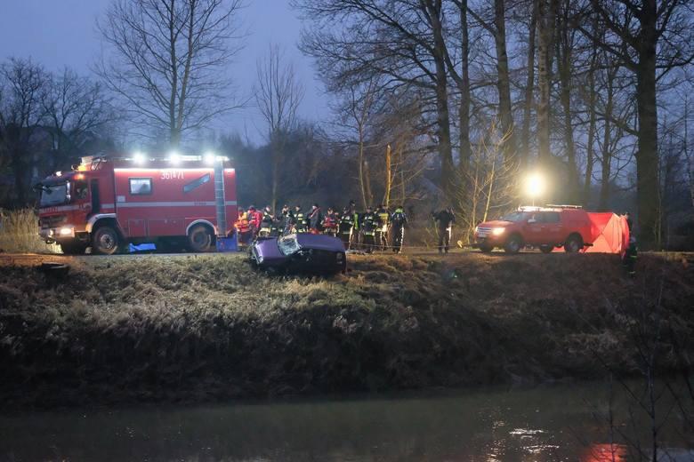 - Samochód został wyciągnięty z rzeki na brzeg. Wewnątrz są ludzkie ciała. Trwają policyjne oględziny - powiedział kpt. Marcin Lachnik z KM PSP w Przemyślu.<br /> <br /> Jak samochód znalazł się w Wisłoku, tego jeszcze nie wiadomo. Prawdopodobnie doszło do nieszczęśliwego wypadku.<br /> <br />...