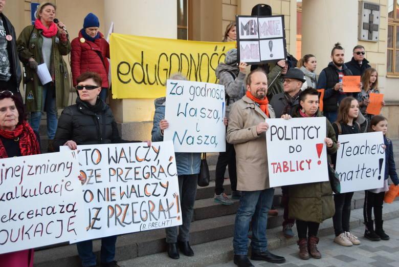 """""""Łańcuch światła z Wykrzyknikiem"""". Solidarni ze strajkującymi nauczycielami. Pikieta przed lubelskim ratuszem (ZDJĘCIA)"""