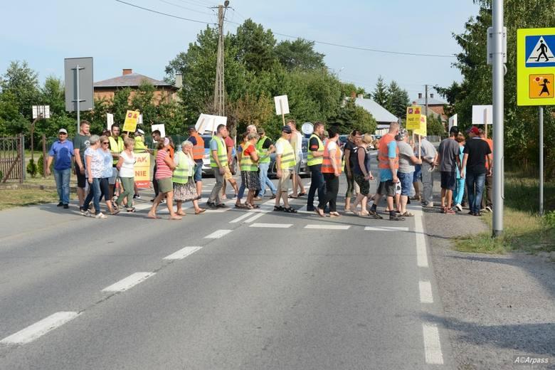 Kolejny strajk w Mniszewie. Mieszkańcy zablokowali drogę DK 79. Protestują przeciw jej przebudowie