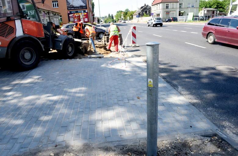 Zielona Góra, 17 czerwca 2020 r. Trwa przebudowa przejść dla pieszych na ulicy Sulechowskiej. Zlikwidowane zostaną dwa stare, powstanie jedno nowe z sygnalizacją świetlną.