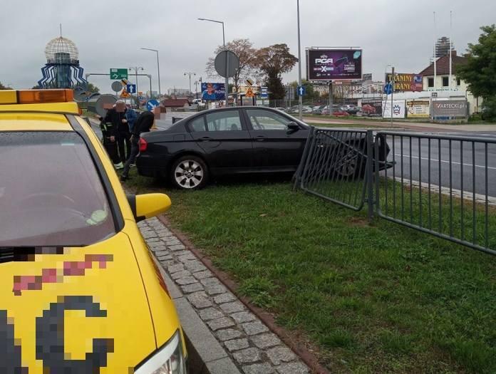 Do zdarzenia doszło w piątek, 27 września, na ul. Grobla w Gorzowie. Na miejsce została wezwana policja.Kierujący bmw podczas jazdy wpadł w poślizg.