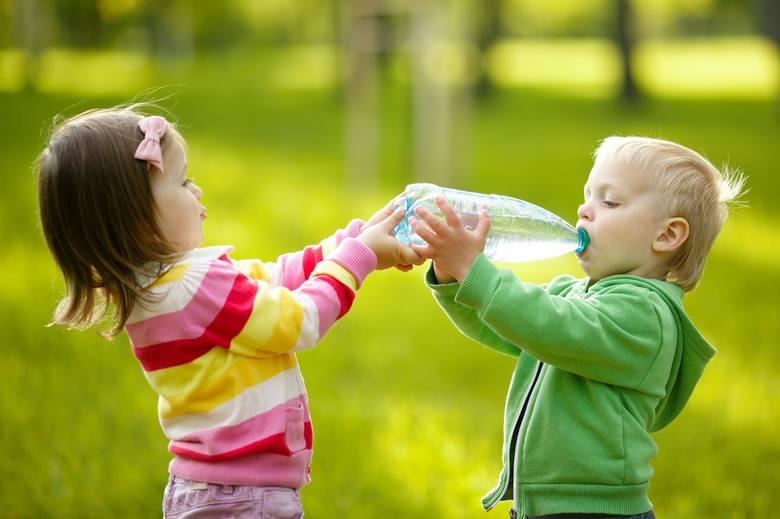 dziecko, odwodnienie, woda, woda mineralna, woda z butelki, picie wody, niedobór wody