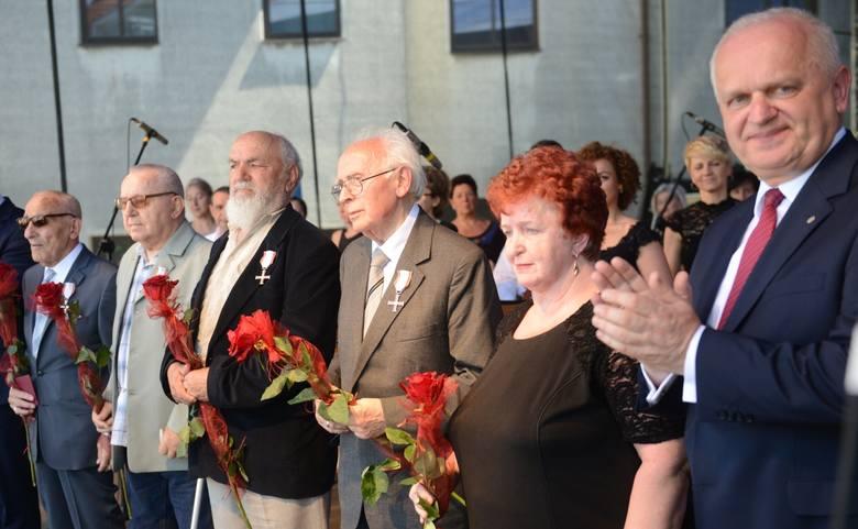 Krzyże Wolności i Solidarności  trafiły do (od lewej): Krzysztofa Donabidowicza, Witolda Koteckiego, Tadeusza Mączyńskiego, Waleriana Piotrowskiego, a pośmiertnie do Antoniego Ajszpura (odznaczenie odebrała żona).