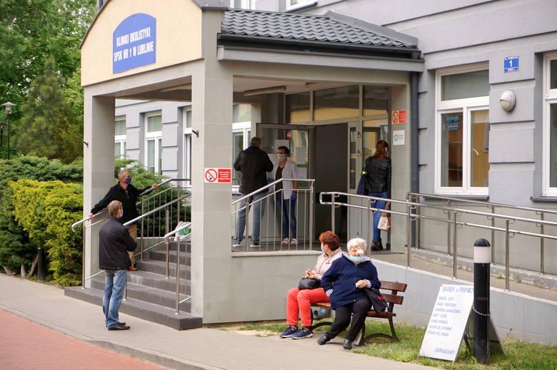Tłum pacjentów czekał przed kliniką na Chmielnej. Interweniowała policja