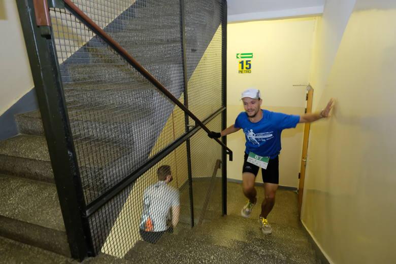 Na szczyt Collegium Altum Uniwersytetu Ekonomicznego w Poznaniu ścigali się miłośnicy biegania, studenci oraz nauczyciele akademiccy. Meta zawodów zlokalizowana
