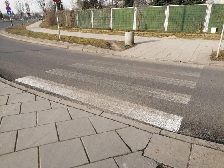 Wyblakłe oznakowanie na ulicy Stella-Sawickiego. Remont i malowanie zakończyło się w grudniu
