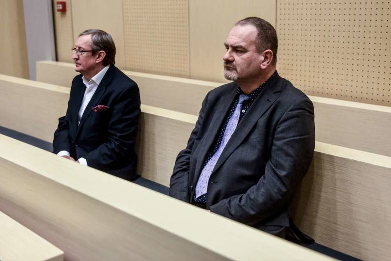 20 grudnia, Sąd Okręgowy w Poznaniu. Józef Pinior i Jarosław Wardęga wysłuchują postanowienia sądu, który ich nie aresztuje, ale kwestionuje linię o