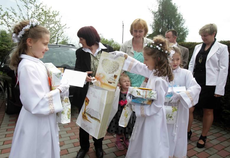 Składanie życzeń pierwszokomunijnych i obdarowywanie prezentami to nieodłączny element Pierwszej Komunii Świętej