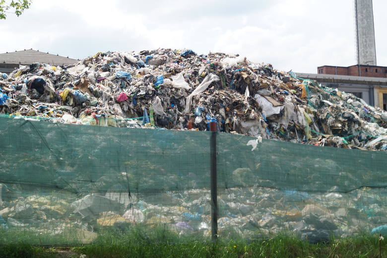 Klucze. Wielka góra śmieci na nielegalnym składowisku nadal nie jest posprzątana [ZDJĘCIA]