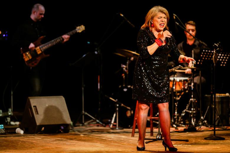Krystyna Prońko śpiewa ze Sławkiem Wierzchowskim piosenki country i wcale nie jest to nowość w jej karierze