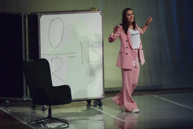 """We wtorek (11 lutego) słupska publiczność miała okazję bawić się z Olgą Bołądź, która wcieliła się w rolę sekseksperta w spektaklu """"To tylko sex"""" - interaktywnej"""