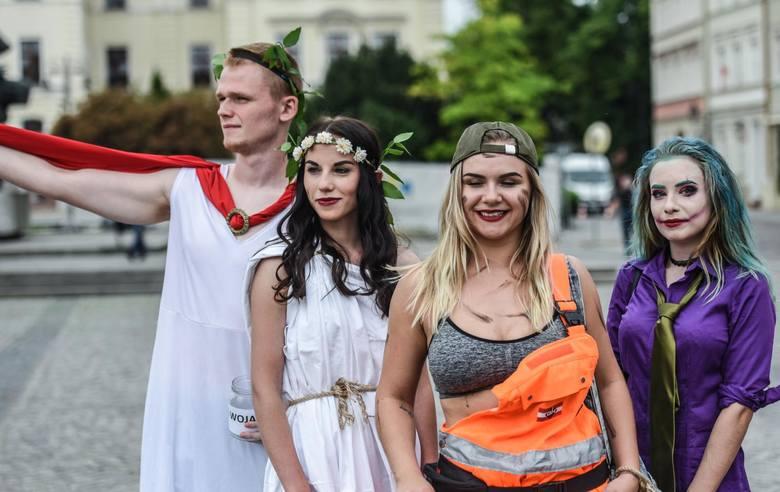 Joker, Spiderman, antyczni Rzymianie, rusałki i mnóstwo innych postaci napotkać można obecnie na bydgoskich ulicach i skrzyżowaniach - tradycyjnie studenci