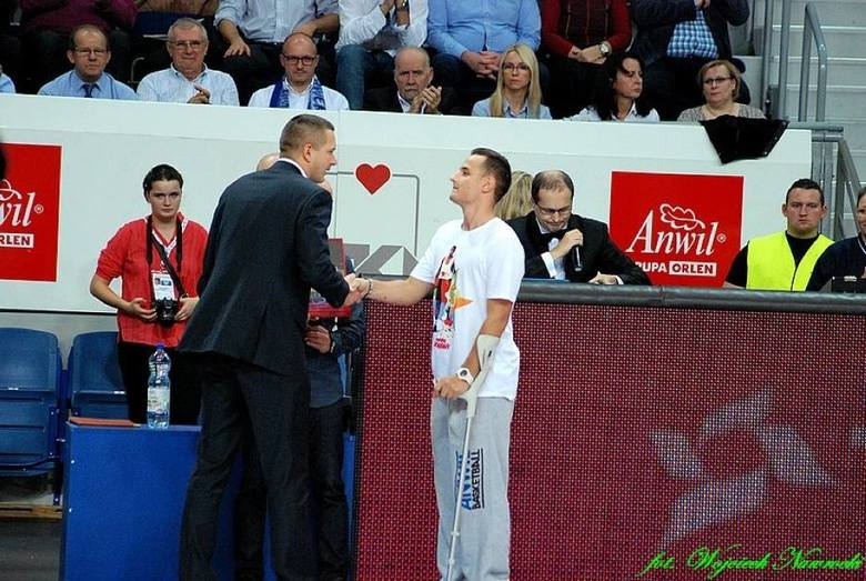 Kacper Piekarski również otrzymał pomoc od koszykarzy Anwilu