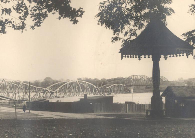 Grzyb w czasach dawno minionych również umilał czas oczekiwania na przyjazd tramwaju. Pocztówka sprzed 1909 r.