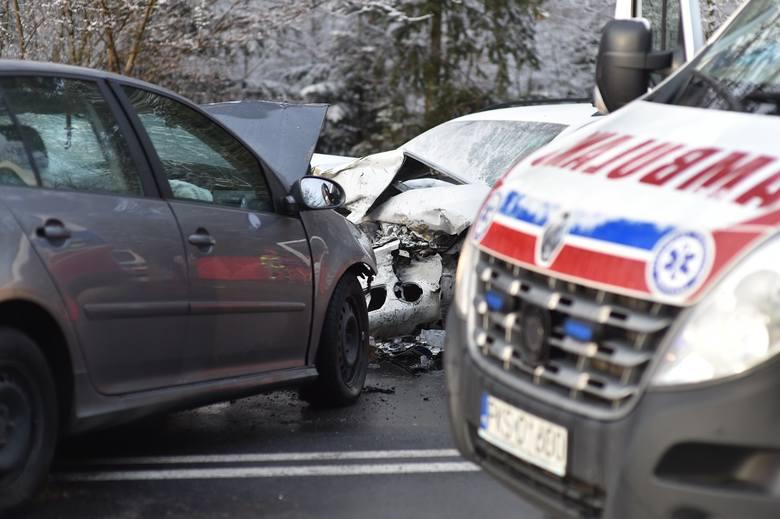 Wypadek miał miejsce po 16.00 na powiatowej drodze prowadzącej z Leszna do Nowej Wsi.golf i skoda zderzyły się za łukiem drogi, na wysokości zjazdu na