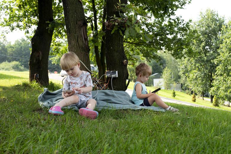 Zdjęcie pojedyncze - I miejsce w kategorii ŻYCIE CODZIENNEKuzyni Tymoteusz i Paweł (mają po 2,5 roku) podczas wakacji, które spędzali na łonie natury