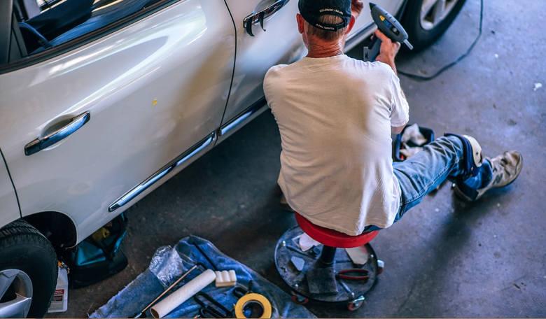 Tak oszukują mechanicy. Sprawdź 8 chwytów perfidnych mechaników z Polski