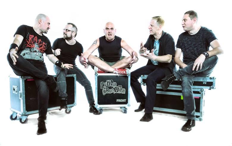Łydka Grubasa to zespół wykonujący muzykę rockowo-metalową, ale jednocześnie czerpiący do woli z całego świata muzycznego i wplatający w swoje utwory
