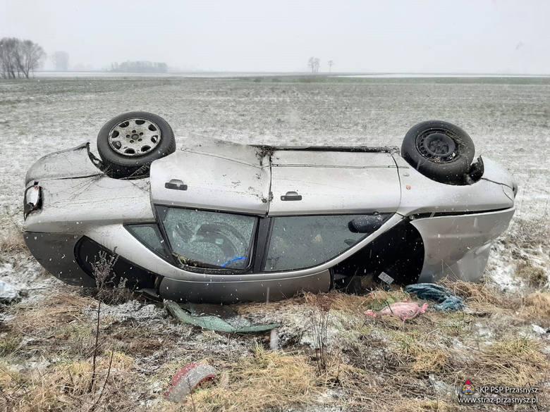 Gostkowo. Dachowanie audi na trasie Przasnysz - Wężewo. Samochód uległ niemal całkowitemu zniszczeniu, 14.02.2020