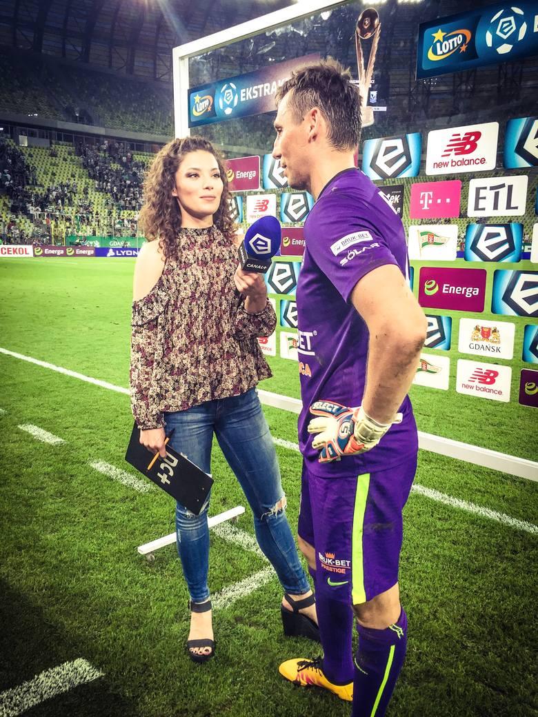 Przygoda Soni Śledź z telewizją rozpoczęła się już na studiach. Od tamtej pory regularnie pojawia się na meczach między innymi Lotto Ekstraklasy.