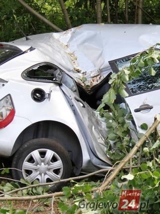 Samochód osobowy nagle zjechał z drogi, wpadł w poślizg i uderzył w drzewo.Zdjęcia udostępnione dzięki uprzejmości portalu Grajewo24