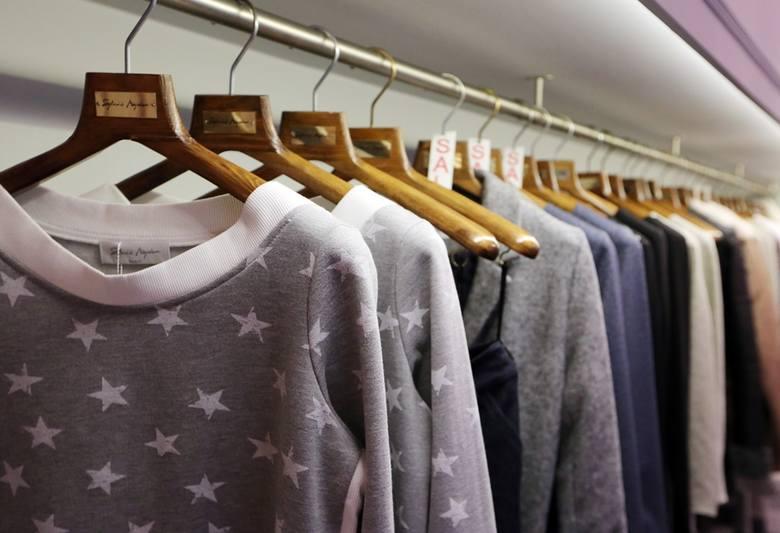 Gotowe ubrania są wywieszane w atelier. To tu mogą przychodzić klientki i robić zakupy.
